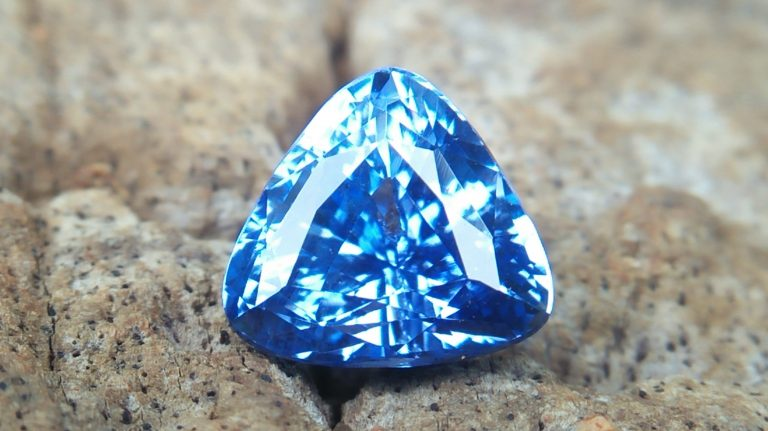🇱🇰 🇱🇰 Ceylon Natural Blue Sapphire Dimension : 7.22mm x 7.12mm x 5.18mm Weight : 2.04 cts Colour : Blue Clarity : VVS Treatment : Unheated/ Natural Mineral : City of Gem Ratnapura Sri Lanka Style Of Cut : Cution Triangular Mixed