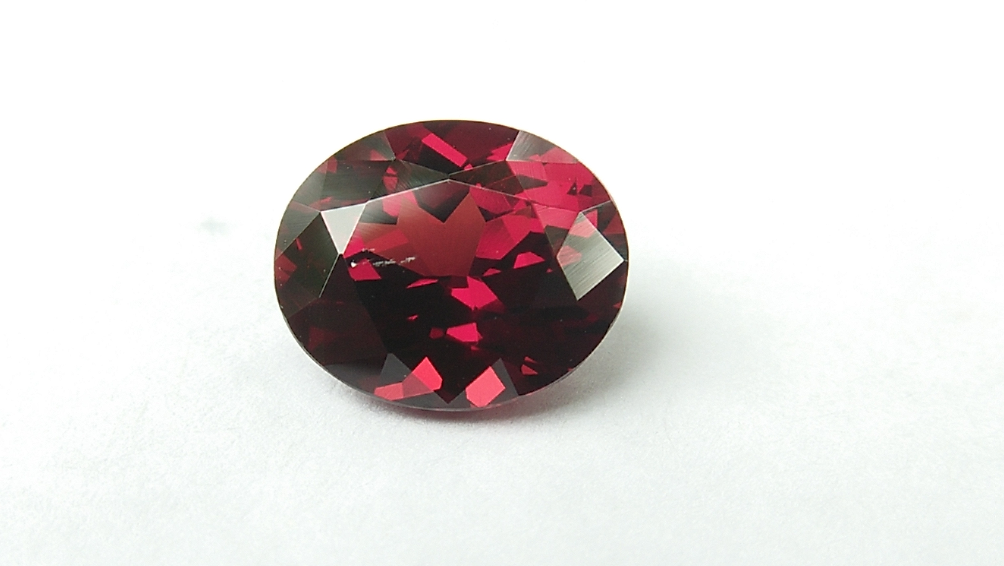 Ceylon Natural Pyrop Garnet Dimension : 8.2mm x 6.9mm x 4.6mm Weight : 2 Cts Shape : Ovel Colour : Red Clarity : Clean Mineral : Ratnapura Sri Lanka
