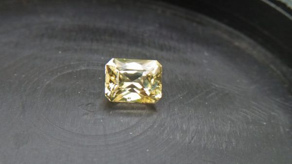 """Ceylon Natural """"Mild 🍋 Lemon"""" Sapphire. The term derives from the colour of mild lemon jin. It's 6.4mm x 5.1mm x 3.1mm dimension Stone unearthed from city of gem Ratnapura Sri Lanka Mild lemon 🍋 Sapphire attracts wealth and brings prosperity to the home. It stimulates the intellect and improves overall focus, enhancing wisdom."""