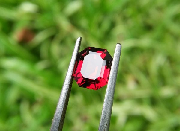 🇱🇰 Ceylon Natural Garnet Dimension : 7.5mm x 6.5mm x 3.8mm Weight : 1.65cts Colour : Royel Red Clarity : Clean Treatment : Unheated/ Natural Mineral : City of Gem Ratnapura Sri Lanka