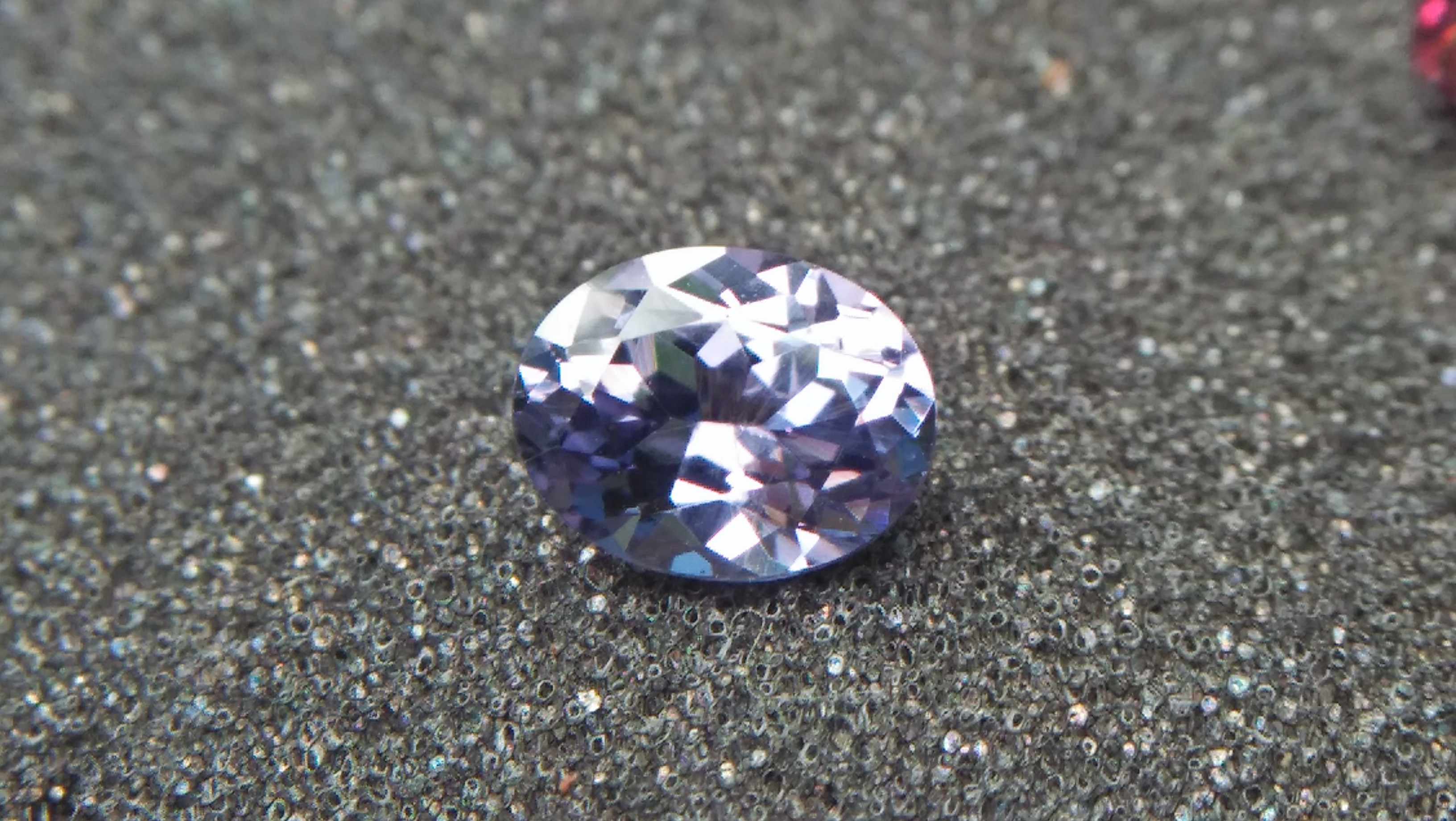 NATURAL Bluish Violet SPINEL Shape : Ovel Clarity : SI Treatment : Natural/Unheated Dimension : 7.5mm x 5.9mm x 4.05mm Weight : 1.29Cts Colour : Bluish Violet