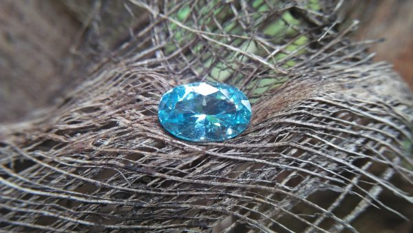 NATURAL AQUAMARINE Shape : Ovel Clarity : SI Treatment : Natural/Unheated Weight : 1.80 Cts Dimension : 10.1mm x 6.6mm x 4.9mm Colour : Bluish Green