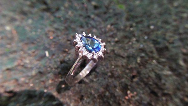 Blue Sapphire for Princess NATURAL BLUE SAPPHIRE Pio - Silver Ladies Ring Shape : Pear Dimension : 6.76 mmx 4.99 mm x 3.26 mm Weight : 0.93Cts Clarity : VVS Colour : Blue Transparency : Transparent Origin : Sri Lanka