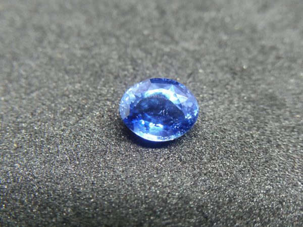 "Ceylon Natural Blue Sapphire Colour : Blue ""Cornflower Blue"" Shape : Oval Weight : 1.17Cts Dimension : 6.7 x 5.5 x 3.7 mm Treatment : Unheated Clarity : SI 蓝宝石 ( 矢車菊 ) 重量 : 1.17 卡拉 尺寸 : 6.7 x 5.5 x 3.7 mm 颜色 : 蓝色 ( 矢車菊 ) 透明 : 好透明 形状 : 椭圆形 清晰度 : SI 治疗: 没有加热 • CSL - Colored Stone Laboratory Certified ( GIA Alumina Association Member ) • CSL Memo No : 6510420F432F"
