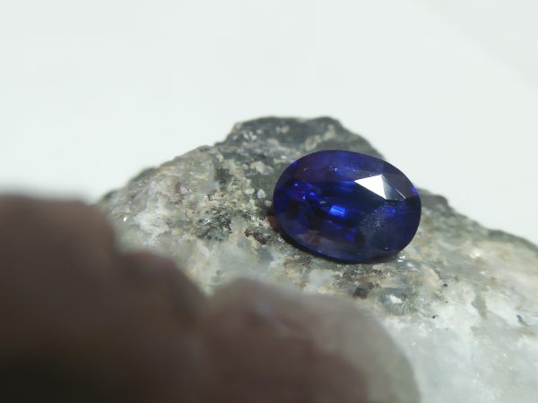 "NATURAL BLUE SAPPHIRE Colour : Vivid Blue ""Royal Blue"" Shape : Oval Weight : 2.16 CTS Dimension : 8.4 x 6.1 x 4.9 mm Treatments : Heated Clarity : SI • CSL - Colored Stone Laboratory Certified ( GIA Alumina Association Member ) • CSL Memo No : E63051265A61 蓝宝石 ( 皇家藍 ) 重量 : 2.16卡拉 尺寸 : 8.4 x 6.1 x 4.9 mm 颜色 : 蓝色 ( 皇家藍 ) 透明 : 好透明 形状 : 梨形 治療:加熱 清晰度 : SI"