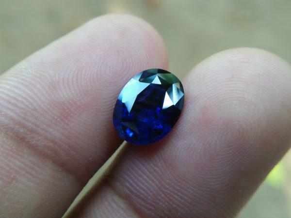 "NATURAL BLUE SAPPHIRE (Royel Blue) Colour : Vivid Blue ""Royal Blue"" Shape : Oval Weight : 3.32 CTS Dimension : 10.1 x 7.8 x 4.9 mm Treatment : Heated Clarity : SI • CSL - Colored Stone Laboratory Certified ( GIA Alumina Association Member ) • CSL Memo No : 9BD96BCA857B 蓝宝石( 皇家藍 ) 重量 : 3.32卡拉  尺寸 : 10.1 x 7.8 x 4.9 mm 颜色 : 蓝色 ( 皇家藍 ) 透明 : 好透明 形状 : 梨形 治療:加熱 清晰度 : SI"