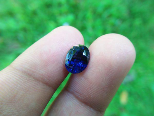 "vNATURAL BLUE SAPPHIRE (Royel Blue) Colour : Vivid Blue ""Royal Blue"" Shape : Oval Weight : 3.32 CTS Dimension : 10.1 x 7.8 x 4.9 mm Treatment : Heated Clarity : SI • CSL - Colored Stone Laboratory Certified ( GIA Alumina Association Member ) • CSL Memo No : 9BD96BCA857B 蓝宝石( 皇家藍 ) 重量 : 3.32卡拉  尺寸 : 10.1 x 7.8 x 4.9 mm 颜色 : 蓝色 ( 皇家藍 ) 透明 : 好透明 形状 : 梨形 治療:加熱 清晰度 : SI"