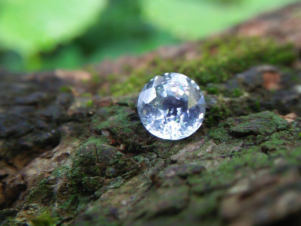 Ceylon Natural White Sapphire Weight : 1.00Cts Dimension : 5.8 x 5.7 x 3.7 mm Color : White Treatment : Heated Transparent: Good Transparency Shape : Round Clarity : Vs • CSL - Colored Stone Laboratory Certified ( GIA Alumina Association Member ) • CSL Memo No : 08487E2162CCz 白色的藍寶石  重量 : 1 卡拉 尺寸 : 5.8 x 5.7 x 3.7 mm 颜色 : 白色 透明 : 好透明 形状 : 圆形 清晰度 : VS 治療 : 加熱 寶石直接來自矿塲 COLORED STONE LABORATORY CERTIFIED ( GIA Alumni Association Member)