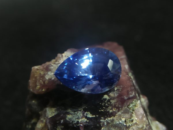 "Ceylon Natural Cornflower Blue Sapphire Colour : Blue ""Cornflower Blue"" Shape : Pear Weight : 2.56 CTS Dimension : 9.7 x 6.9 x 5.3 mm Treatment : Heated Clarity : SI • CSL - Colored Stone Laboratory Certified ( GIA Alumina Association Member ) • CSL Memo No : F71941ACFEEO 蓝宝石 ( 矢車菊) 重量 : 2.56卡拉   尺寸 : 9.7 x 6.9 x 5.3 mm 颜色 : 蓝色 ( 矢車菊) 透明 : 好透明  形状 : 梨形 治療:加熱 清晰度 : SI"