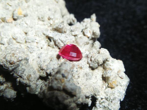 Ceylon Hot Pink Sapphire Colour : Hot Pink Shape : oval Weight : 0.53Cts Dimension : 4.9 x 4.0 x 3.0 mm Treatment : Heated Clarity : VVS • CSL - Colored Stone Laboratory Certified ( GIA Alumina Association Member ) • CSL Memo No : 8875B11FOCE2 粉紅的藍寶石 重量 : 0.53 卡拉 尺寸 : 4.9 x 4.0 x 3.0 mm 颜色 : 粉红色 透明 : 好透明 形状 : 椭圆形 治療 : 加熱 清晰度 : VVS