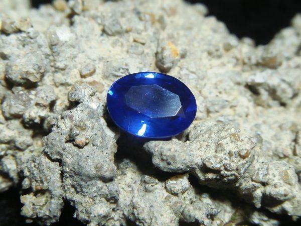 "NATURAL BLUE SAPPHIRE Vivid Blue ""Royal Blue"" Colour : Vivid Blue ""Royal Blue"" Shape : Oval Weight : 1.10 CTS Dimension : 7.0 x 5.4 x 3.3 mm Treatment : Heated Clarity : VS • CSL - Colored Stone Laboratory Certified ( GIA Alumina Association Member ) • CSL Memo No : 8249588754F1 蓝宝石 ( 皇家藍 ) 重量 : 1.10卡拉  尺寸 : 7.0 x 5.4 x 3.3 mm 颜色 : 蓝色 ( 皇家藍 ) 透明 : 好透明 形状 : 椭圆形 治療:加热 清晰度 : VS"