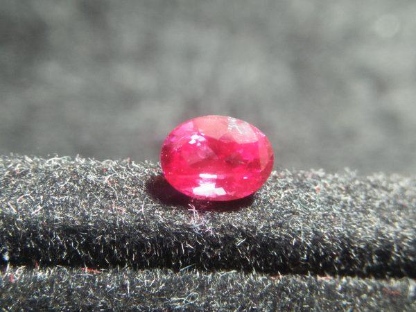 Ceylon Pink Sapphire Colour : Pink Shape : oval Weight : 0.80 Cts Dimension : 5.9 x 4.4 x 3.6 mm Treatment : Heated Clarity : VVS • CSL - Colored Stone Laboratory Certified ( GIA Alumina Association Member ) • CSL Memo No : 643C6CE8B405 粉紅的藍寶石 重量 : 0.80 卡拉 尺寸 : 5.9 x 4.4 x 3.6 m 颜色 : 粉红色 透明 : 好透明 形状 : 椭圆形 治療 : 加熱 清晰度 : VVS