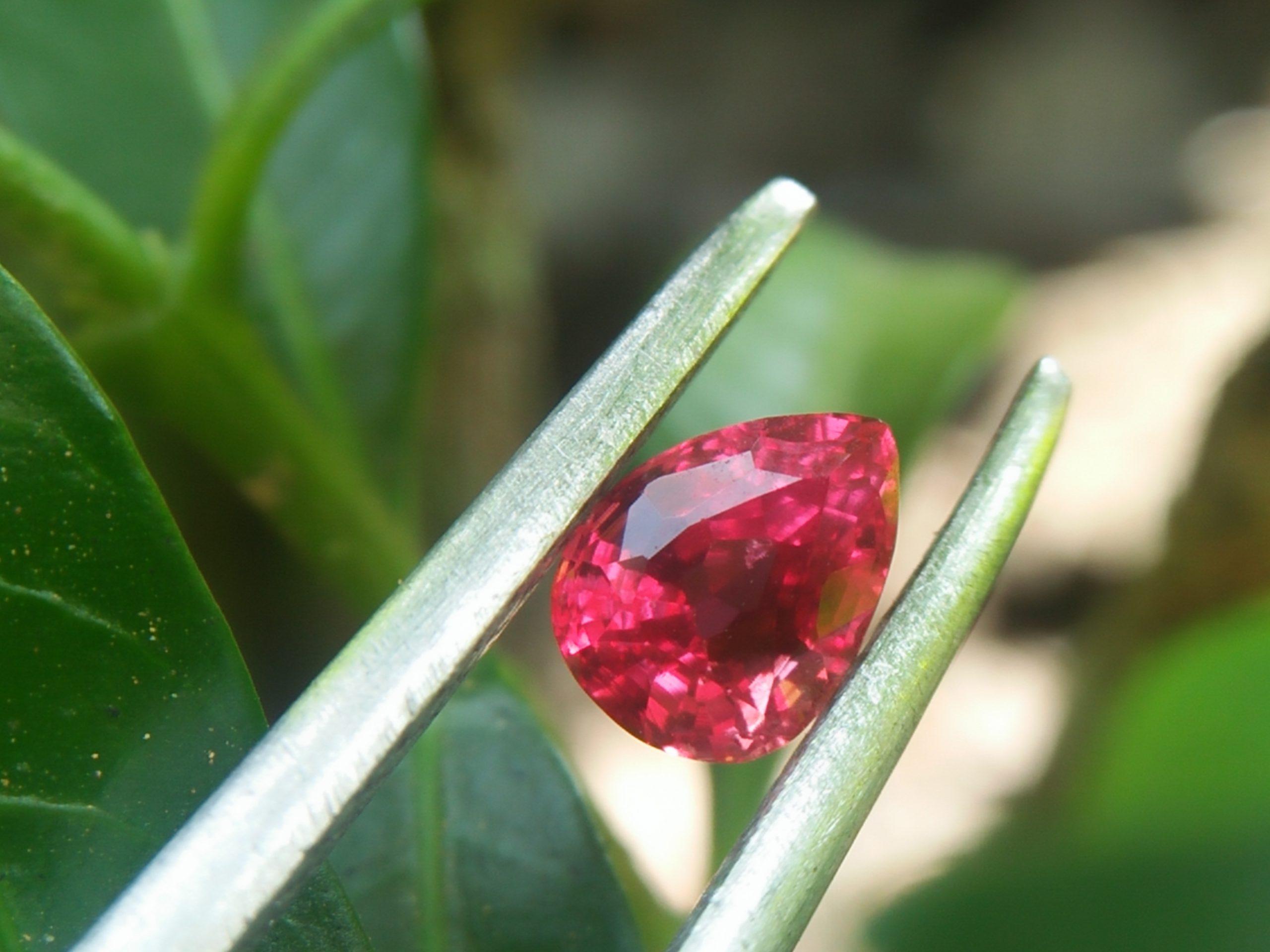 Natural Sunset Ruby/Padpardscha Sapphire Colour : Pinkish Orange Padparadscha Shape : Pear Weight : 0.54cts Dimension : 5.0 x 3.7 x 3.3 mm Treatment : Heated Clarity : SI 黃色的藍寶石 重量 : 0.54 卡拉 尺寸 : 5.0 x 3.7 x 3.3 mm 颜色 : 粉色橙色 透明 : 好透明 形状 : 梨形 清晰度 : SI 治疗: 加热 • CSL - Colored Stone Laboratory Certified ( GIA Alumina Association Member ) • CSL Memo No : 81F7CD06EE49