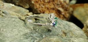 Metal : Standard 14K White GOLD  Colour : Green, Blue  Stone : Emerald, Blue Sapphire with Diamonds   Type : Ladies Ring  Weight : 3.90g   14k 铂金镶钻石及蓝宝石伴绿宝石介指  宝石 : 绿宝石 , 藍寶石,钻石  颜色 : 绿色, 蓝色  透明 : 好透明   金属:14K 鉑金  重量:3.90 克
