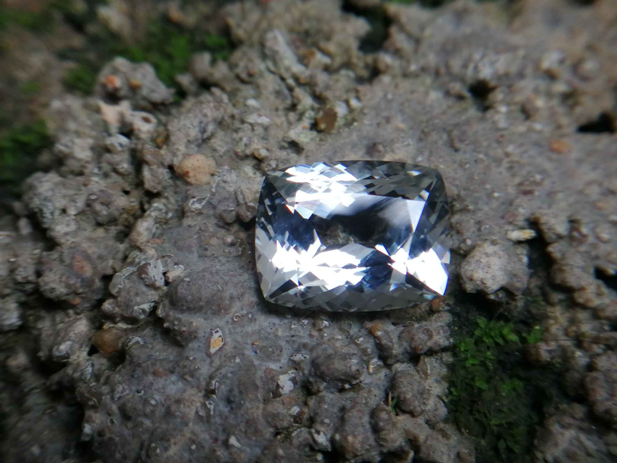 Colour : White Shape : Cushion Weight : 9.66 Cts Dimension : 14.4 x 11.4 x 7.4 mm Treatment : Unheated Clarity : Clean • CSL - Colored Stone Laboratory Certified ( GIA Alumina Association Member ) • CSL Memo No : E96F583A964B 白色托百石 重量 : 9.66 卡拉 尺寸 : 14.4 x 11.4 x 7.4 mm 颜色 : 白色 透明 : 好透明 形状 : 垫形 清晰度 : 清洁 治疗:没有加热