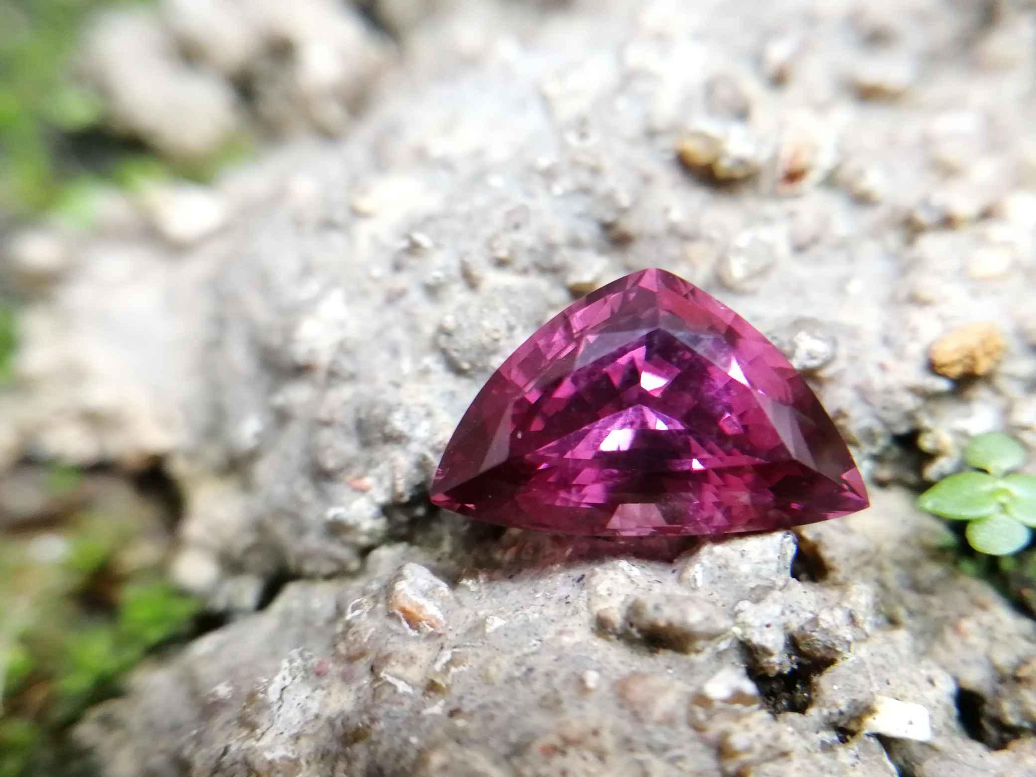 Colour : Purplish Pink Shape : Triangular Weight : 2.49 Cts Dimension : 10.8 x 6.8 x 5.4 mm Treatment : Unheated Clarity : Clean • CSL - Colored Stone Laboratory Certified ( GIA Alumina Association Member ) • CSL Memo No : 86AF34DE46E3 紫红色尖晶石 重量 : 2.49 卡拉 尺寸 : 10.8 x 6.8 x 5.4 mm 颜色 : 紫红色 透明 : 好透明 形状 : 三角形 清晰度 : 清洁 治疗: 没有加热