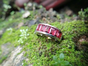 Metal : Standard 925 Silver  Colour :  Red   Stone : Garnet   Weight : 11.85 g  Stones Quantity : 6  Stone Treatment : Natural/ Unheated    石榴石銀介指  宝石 : 石榴石  颜色 : 红色  透明 : 好透明   金属:银  重量:11.85 克