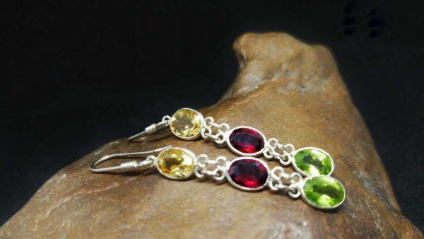 Metal : Silver Stone : Peridot , Garnet, Citrine Type : Earing Weight : 2 g 橄榄石, 石榴石, 黄水晶銀耳環 宝石 :橄榄石, 石榴石, 黄水晶 颜色 : 红色,黄色,绿色 透明 : 好透明 金属:银 重量:2 克