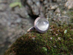 Metal : Silver  Stone :  Moonstone   Type : Ring   Weight : 4 g    月亮石銀介指  宝石 : 月亮石  颜色 : 白色  透明 : 好透明   金属:银  重量:4 克