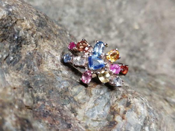 Metal : Silver Stone : Blue Sapphire, Yellow Sapphire, Orange Sapphire, Padpardscha Sapphire, Pink Sapphire, white sapphire Type : Ring Weight : 4.76 g 多色蓝宝石銀介指 宝石 : 藍寶石 , 黃色的藍寶石 , 粉紅的藍寶石 , 橙色的藍寶石 , 帕帕拉恰 , 白色的藍寶石 颜色 : 蓝色,黄色,粉红色,橙色,白色, 透明 : 好透明 金属:银 重量:4. 76克