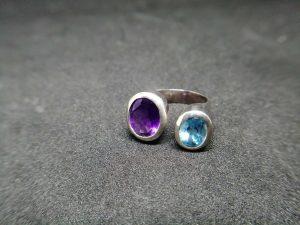 Metal : Silver  Stone : Blue Topaz   Type : Pendant   Weight : 8.13 g   蓝色托百石, 紫晶銀介指  宝石 :蓝色托百石, 紫晶  颜色 : 蓝色, 紫色  透明 : 好透明   金属:银  重量 : 8.13 克