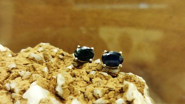 Metal : Silver Stone : Dark Blue Sapphire Type : Earing Weight : 1.44 g 深蓝宝石銀耳環 宝石 :深蓝宝石 颜色 : 深蓝色 透明 : 好透明 金属:1.44 银