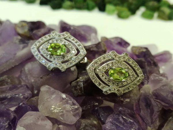 Metal : Silver Stone : Peridot Type : Earing Weight : 4.39 g 橄榄石銀耳環 宝石 :橄榄石 颜色 : 绿色 透明 : 好透明 金属:银 重量:4.39 克