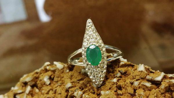 Metal : Silver Colour : Green Stone : Emerald Type : Ladies Ring Weight : 3.85 g 绿宝石銀介指 宝石 : 绿宝石 颜色 : 绿色 透明 : 好透明 金属:銀 重量:3.85 克