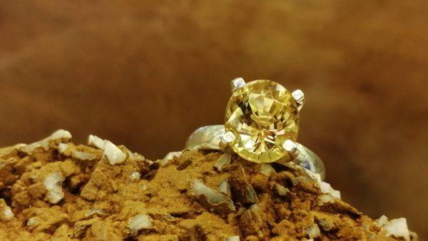 Metal : Standard 925 Silver Colour : Yellow Stone : Citrine Type : Ladies Ring Weight : 2.39g 黄水晶銀介指 宝石 : 黄水晶 颜色 : 黃色 透明 : 好透明 金属:銀 重量:2.39 克
