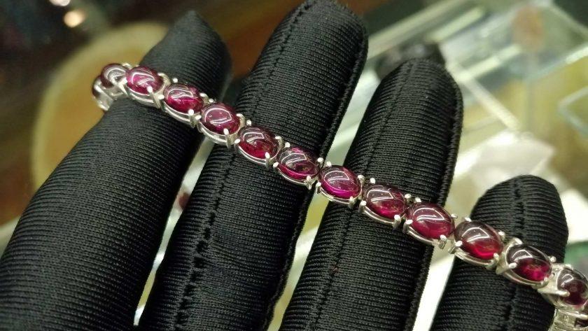 Metal : Silver Stone : Garnet Type : Bangle Weight : 12.88 g 石榴石銀手錬 宝石 :石榴石 颜色 : 红色 透明 : 好透明 金属:银 重量:12.88 克