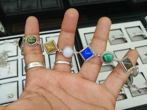 Metal : Silver Stone : Black Tourmaline, malachite, lapis lazuli, rose quartz, tiger eye, labradorite Type : Bracelet Weight : 18.34 g 多色宝石銀手鍊 宝石 :黑碧璽, 粉红色石英, 孔雀石, 虎眼石, 青金石, 拉长石 颜色 : 蓝色,黑色,粉色,棕色,白色 金属:银 重量:18.34 克