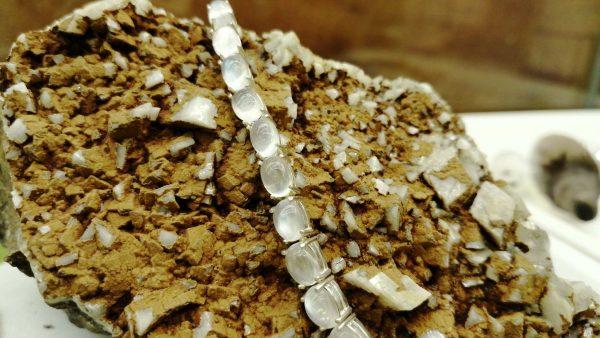 Metal : Silver Stone : Moonstone Type : Bracelet Weight : 10.27 g 月亮石銀手錬 宝石 : 月亮石 颜色 : 白色 透明 : 好透明 金属:银 重量:10.27 克