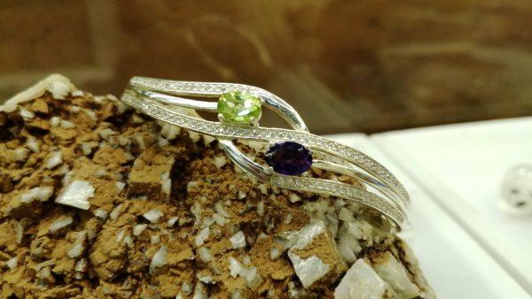 Metal : Silver Stone : Amathyst, Peridot Type : Bangle Weight : 12.87 g 紫晶,橄榄石銀手鐲 宝石 :紫晶, 橄榄石 颜色 : 紫色, 绿色 透明 : 好透明 金属:银 重量:12.87 克