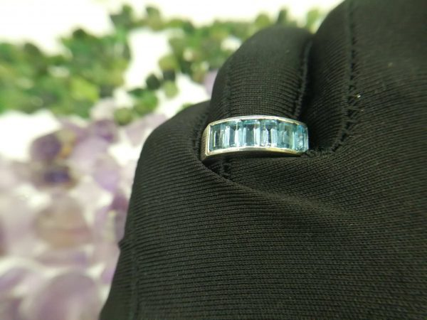 Metal : Silver Stone : Blue Topaz Type : Ladies Ring Weight : 6.08 g 蓝色托百石銀介指 宝石 :蓝色托百石 颜色 : 浅蓝 透明 : 好透明 金属:银 重量 : 6.08 克