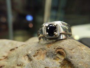Metal : Silver Stone : Dark Blue Sapphire Type : Ring Weight : 8.12 g 黑暗蓝宝石銀介指 宝石 :黑暗蓝宝石 颜色 : 黑暗蓝色 透明 : 好透明 金属:银 重量 : 8.12 克