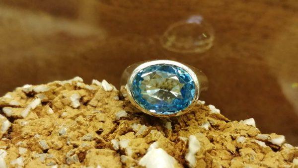 Metal : Silver Stone : Blue Topaz Type : Ladies Ring Weight : 9.12 g 蓝色托百石銀介指 宝石 :蓝色托百石 颜色 : 蓝色 透明 : 好透明 金属:银 重量 : 9.12 克