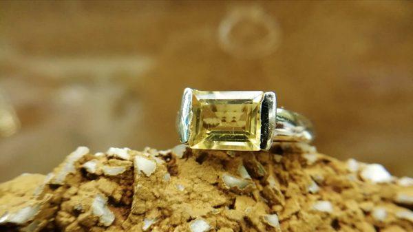 Metal : Standard 925 Silver Colour : Yellow Stone : Citrine Type : Ring Weight : 5.06 g 黄水晶銀介指 宝石 : 黄水晶 颜色 : 黃色 透明 : 好透明 金属:銀 重量:5.06 克
