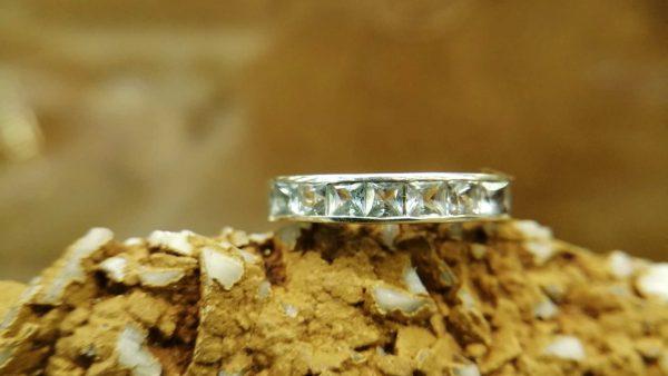Metal : Silver Stone : Blue Topaz Type : Ladies Ring Weight : 2.52 g 蓝色托百石銀介指 宝石 :蓝色托百石 颜色 : 浅蓝 透明 : 好透明 金属:银 重量 : 2.52 克