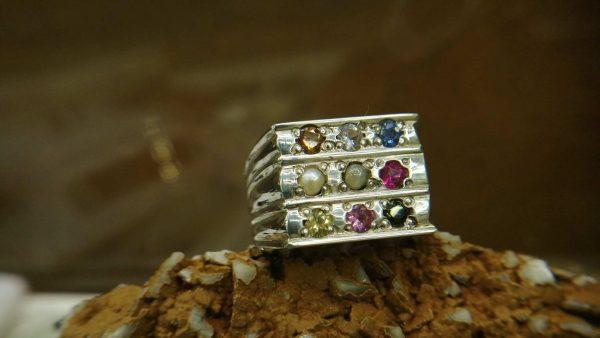 Metal : Silver Stone : Blue Sapphire, Pink Sapphire, Padpardscha Sapphire, Green Zircon, Hassonite Garnet, Yellow sapphire, Pear, White sapphire, Cats eye Type : Ring Weight : 12.6 g 幸運9色宝石银介指 宝石 : 藍寶石 , 黃色的藍寶石 , 粉紅的藍寶石 , 橙色的藍寶石 , 帕帕拉恰 , 白色的藍寶石 颜色 : 蓝色,黄色,红色,绿色,白色,橙色, 透明 : 好透明 金属:银 重量:12.6 克
