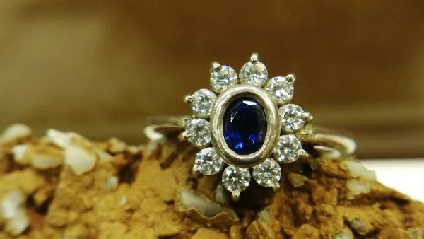 Metal : Standard 925 Silver Colour : Blue Stone : Blue Sapphire Type : Ladies Ring Weight : 4.07 g 蓝宝石銀介指 宝石 : 藍寶石 颜色 : 蓝色 透明 : 好透明 金属:銀 重量:4.07 克