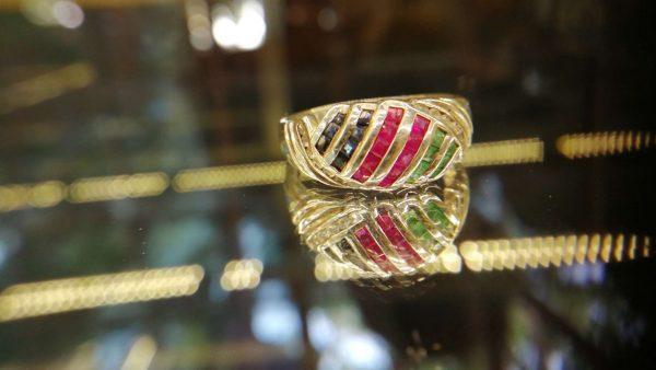 Metal : Standard 925 Silver Colour : Green Stone : Emerald Type : Ladies Ring Weight : 3.61 g 绿宝石, 蓝宝石,粉紅的藍寶石銀介指 宝石 : 绿宝石, 蓝宝石, 粉紅的藍寶石 颜色 : 绿色, 蓝色,粉红色 透明 : 好透明 金属:銀 重量:3.61 克