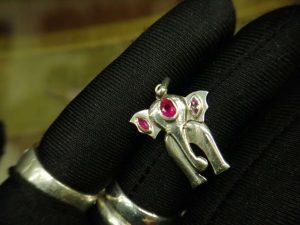Metal : Silver Stone : Pink Sapphire Type : Pendant Weight : 3.08 g 粉紅的藍寶石銀吊飾 宝石 :粉紅的藍寶石 颜色 : 粉紅的 透明 : 好透明 金属:银 重量:3.08 克