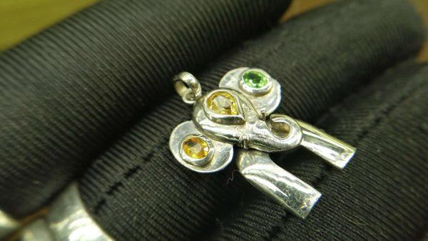 Metal : Silver Stone : Peridot , Citrine Type : Pendant Weight : 3 g 橄榄石, 黄水晶銀吊飾 宝石 :橄榄石, 黄水晶 颜色 : 绿色,黄色 透明 : 好透明 金属:银 重量:3 克