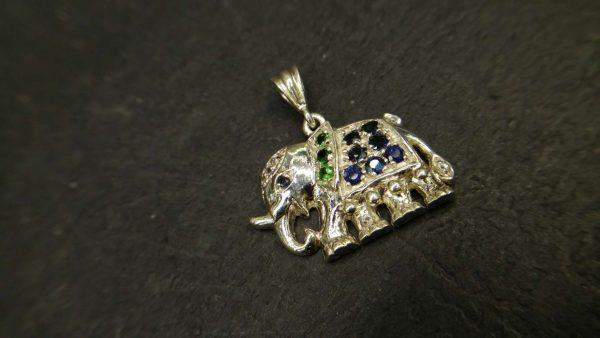 Metal : Silver Stone : Diopside , Blue Sapphire Type : Pendant Weight : 4.38 g 铬透辉石,蓝宝石銀吊飾 宝石 :蓝宝石, 铬透辉石 颜色 : 蓝色, 绿色 透明 : 好透明 金属:银 重量:4.38 克
