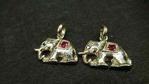 Metal : Silver  Stone : Pink Sapphire  Type : Pendant   Weight : 2.07 g   粉紅的藍寶石銀吊飾  宝石 :粉紅的藍寶石  颜色 : 粉紅的  透明 : 好透明   金属:银  重量:2.07 克