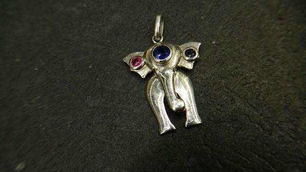 Metal : Silver Stone : Pink Sapphire, Blue Sapphire Type : Pendant Weight : 3.07 g 粉紅的藍寶石, 蓝宝石銀吊飾 宝石 :粉紅的藍寶石, 蓝宝石 颜色 : 粉紅的, 蓝色 透明 : 好透明 金属:银 重量:3.07 克