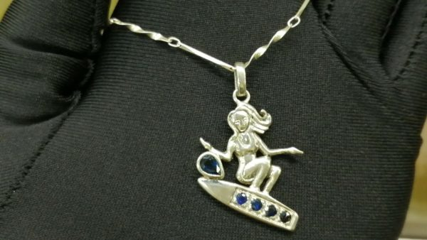 Metal : Standard 925 Silver Colour : Blue Stone : Blue Sapphire Type : Necklace Weight : 5.57 g 藍寶石銀項鍊 宝石 : 藍寶石 颜色 : 蓝色 透明 : 好透明 金属:銀 重量:5.57 克