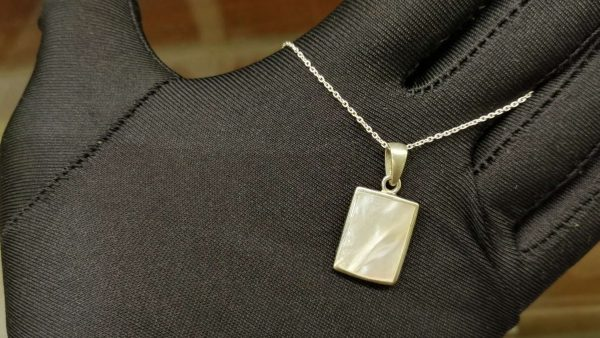 Metal : Standard 925 Silver Colour : White Stone : Mother of Pearl Type : Necklace Weight : 4.14 g 珍珠銀項鍊 宝石 : 珍珠銀項鍊 颜色 : 白色 透明 : 好透明 金属:銀 重量:4.14 克