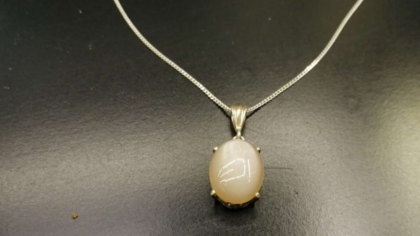 Metal : Silver Stone : Moonstone Type : Necklace Weight : 3.98 g 月亮石銀項鍊 宝石 : 月亮石 颜色 : 白色 透明 : 好透明 金属:银 重量:3.98 克