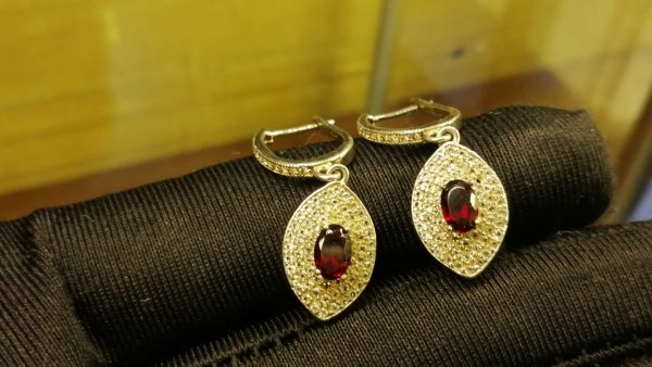 Metal : Silver Stone : Garnet Type : EARING Weight : 3.68 g 石榴石銀耳環 宝石 :石榴石 颜色 : 红色 透明 : 好透明 金属:银 重量:3.68 克